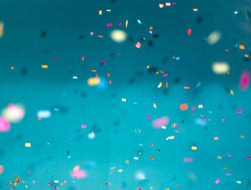 confetti blauwe achtergrond